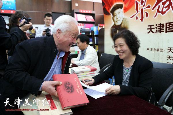 散襄霞与第一个签书读者刘兆山交谈