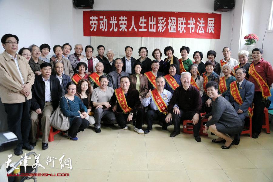 图为参加活动的领导、嘉宾和劳模合影。