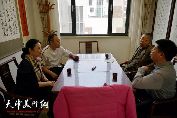 图为柴博森陪同中国美协副主席李翔考察天津美术网