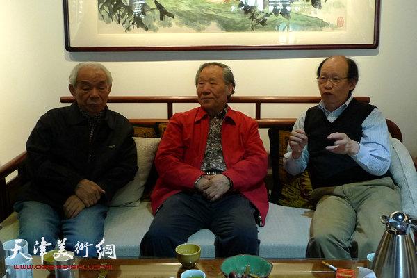 图为上海水乡书画院执行院长、《海派书画》丛书主编周逸范与纪振民、姬俊尧在交流。