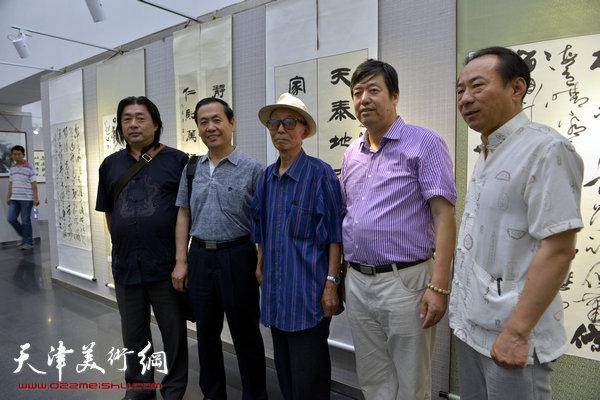 图为李克玉、陈元龙、杨建勋、郑爱民等在画展现场。