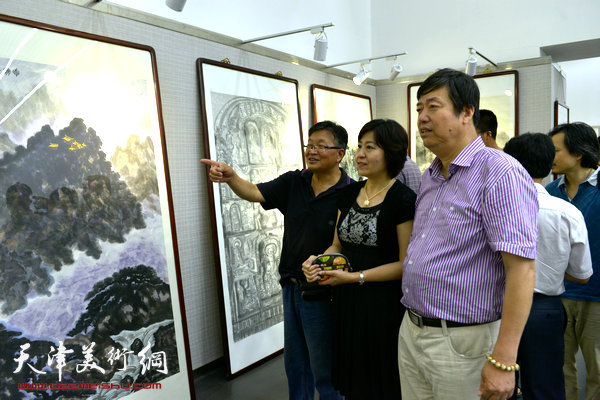 图为陈元、陈元龙、韩立明在画展现场。