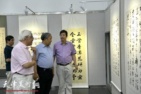 图为唐云来、陈元龙、李庆增在画展现场。