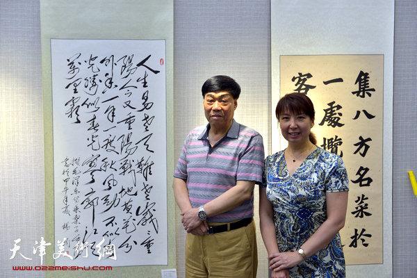 图为杨钧、张梅君在画展现场。