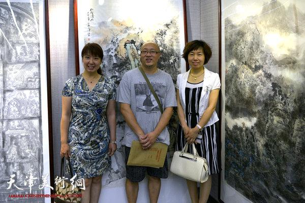 图为周红蕾、张梅君、孙岩在画展现场。