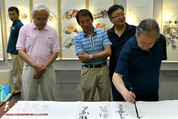 图为李宗儒、李庆增、李建有、韩立明在画展现场。