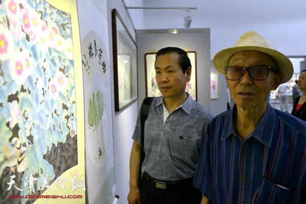图为李克玉、杨建勋在画展现场。