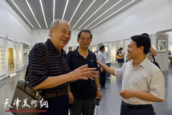 图为王振德、刘俊坡、顿子斌在画展现场。
