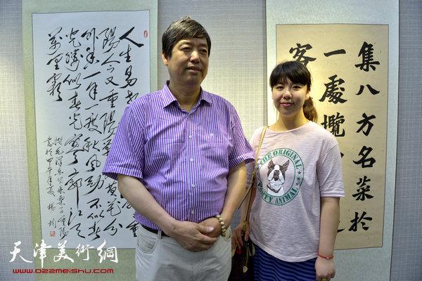 图为陈元龙、陈慧婷在画展现场。
