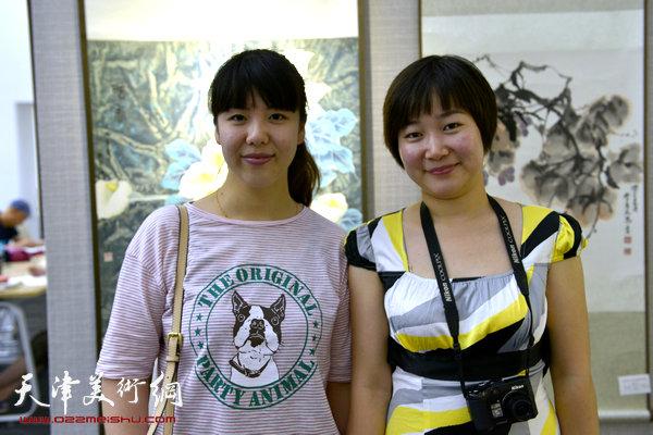 图为陈慧婷、訾春花在画展现场。