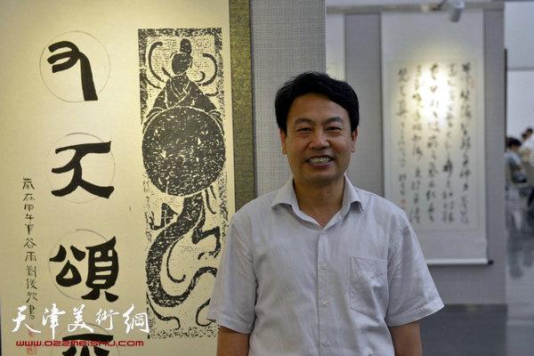 图为刘俊坡在画展现场。