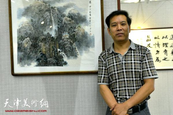 图为徐庆举在画展现场。