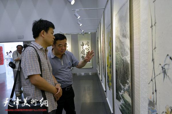 图为张洪春在画展现场。