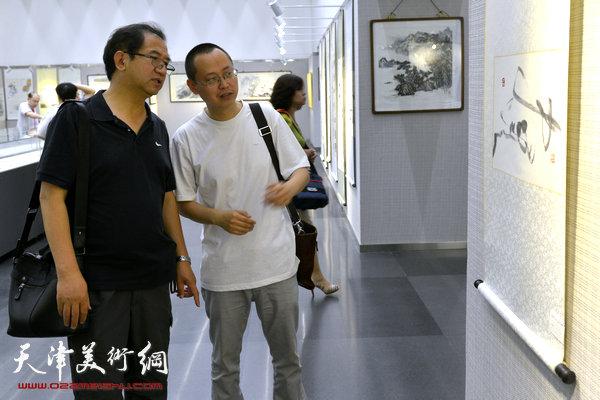 图为顿子斌、杨彦辉在画展现场。