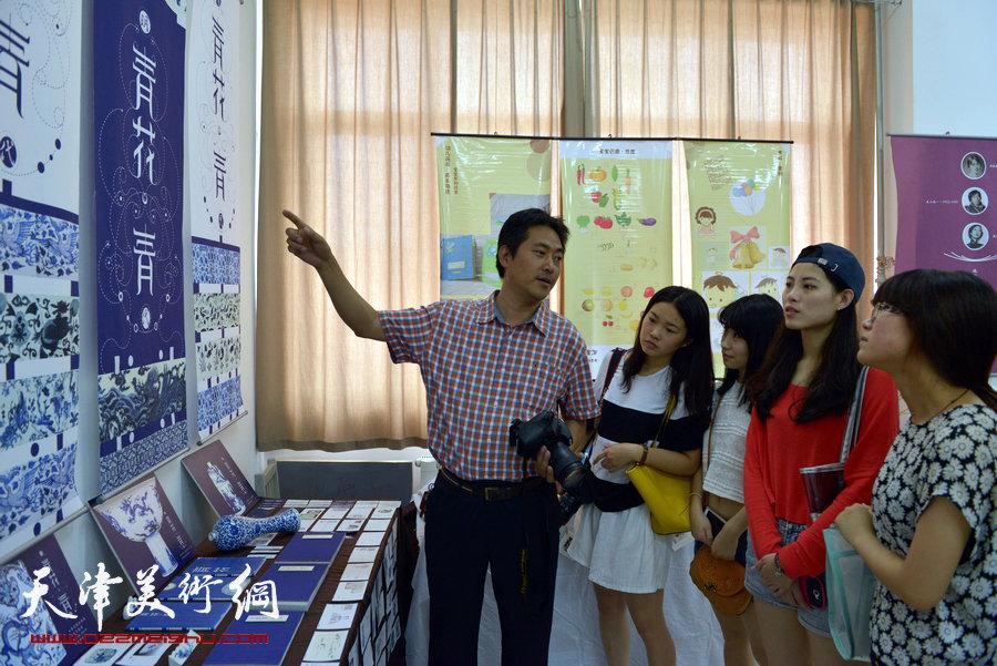 毕业设计作品展开幕,图为视觉传达系主任陈志莹观与