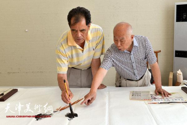 王俊生与著名画家张志连在作画