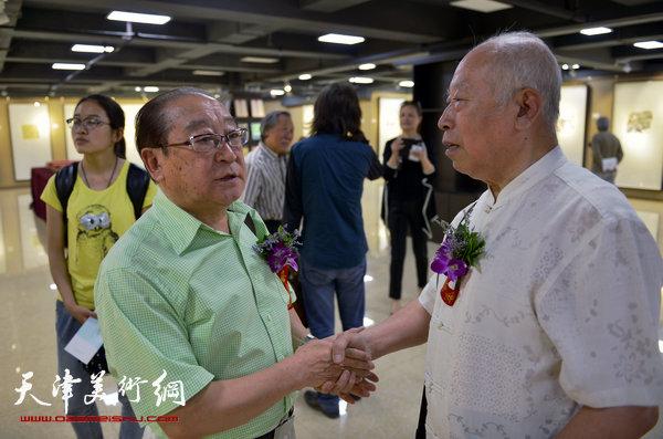 王俊生与著名相声表演艺术家魏文亮在画展上