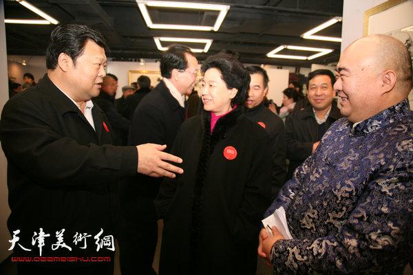 尹沧海在天津画展上与散襄军、曹秀荣交谈