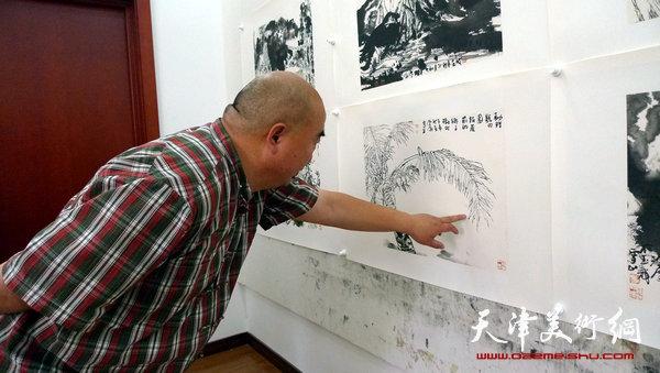 尹沧海在观看写生墨稿