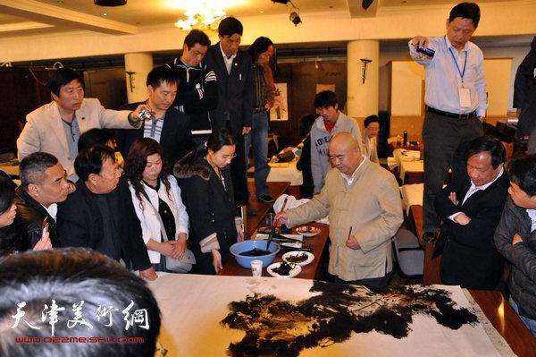 尹沧海在给清华大学美术学院研究生班学员做示范