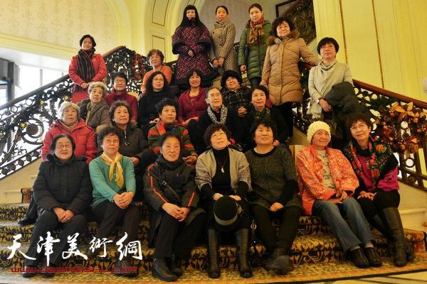 范闻泽(前排右二)与部分天津美院女同学在一起。