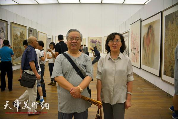 图为赵国经、王美芳在展览现场。