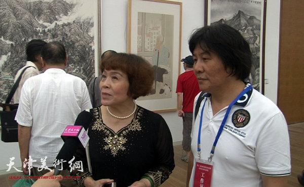 图为高学年、史玉接受天津美术网现场采访。