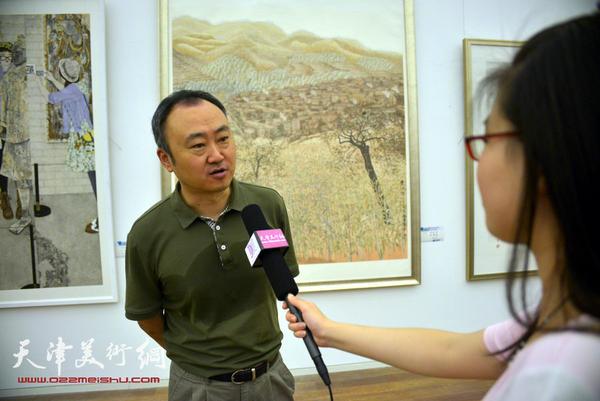 图为柴博森接受天津美术网现场采访。