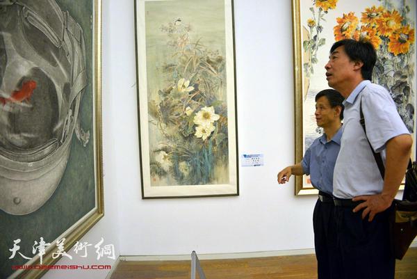 图为杜晓光在展览现场。