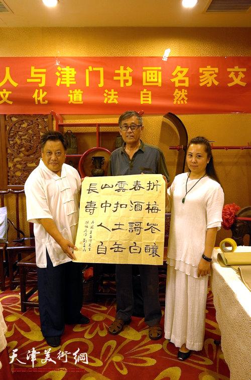 图为尚建名、马千惠与书法家刘光炎。