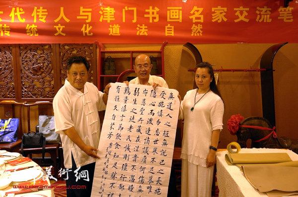图为尚建名、马千惠与书法家姜仲圣。