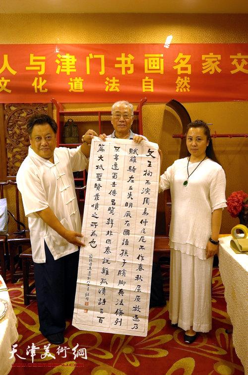图为尚建名、马千惠与书法家孟继祥。