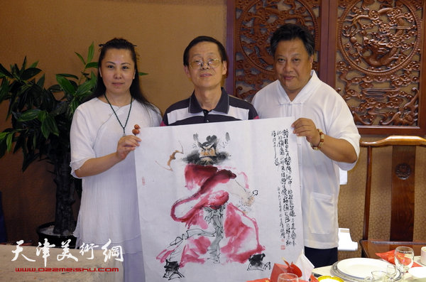 图为尚建名、马千惠与画家尚金声。