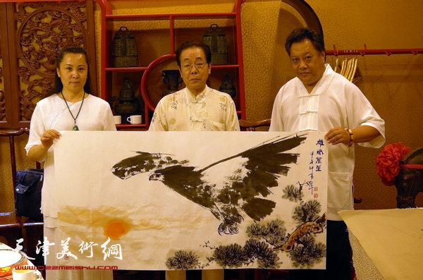 图为尚建名、马千惠与画家尉迟纪平。