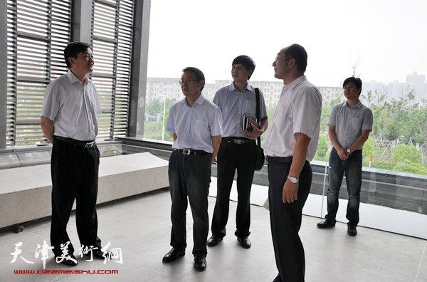 组图:南通大学新任校长程纯考察范曾艺术馆