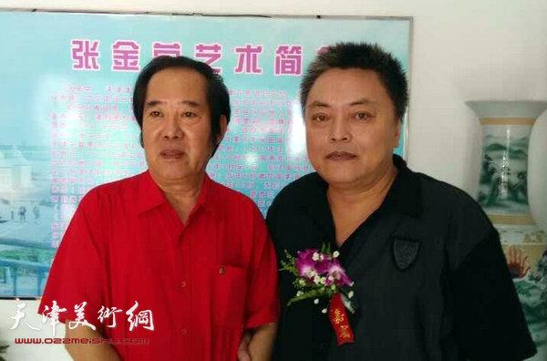 开幕仪式上张金荣与原塘沽文联主席著名版画家李英杰