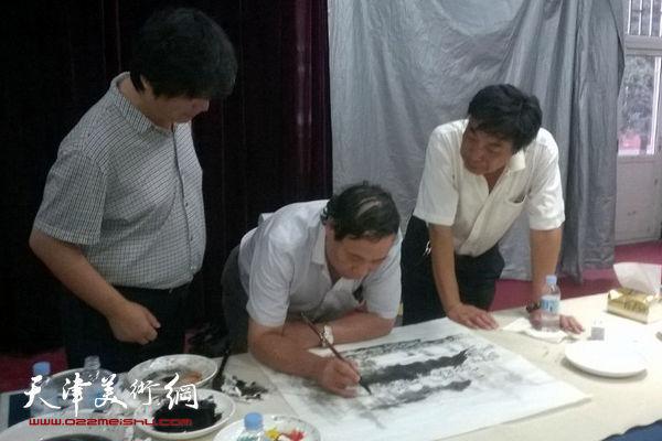 图为郭凤翔、杜晓光、翟洪涛在现场作画。