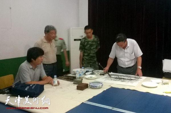 图为郭凤翔、靳吉顺、翟洪涛在现场作画。