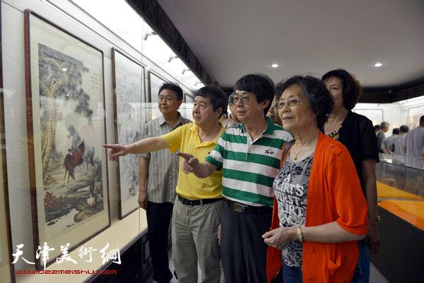 毓峋在爱新觉罗书画艺术研究会作品展览上与研究会成员观赏作品