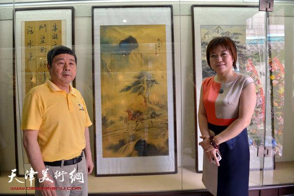 毓峋在爱新觉罗书画艺术研究会作品展览上与女画家李澜在一起