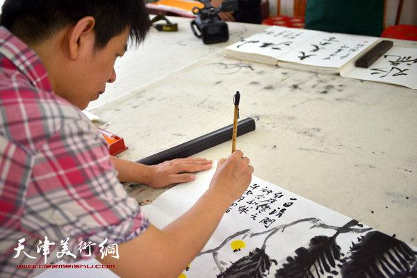 杨海涛正在创作.