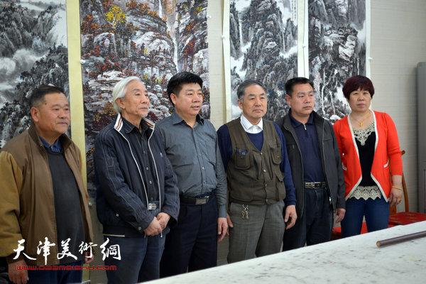 姚广厚(左二)与画家董铁山(左一)等嘉宾在天津美术网