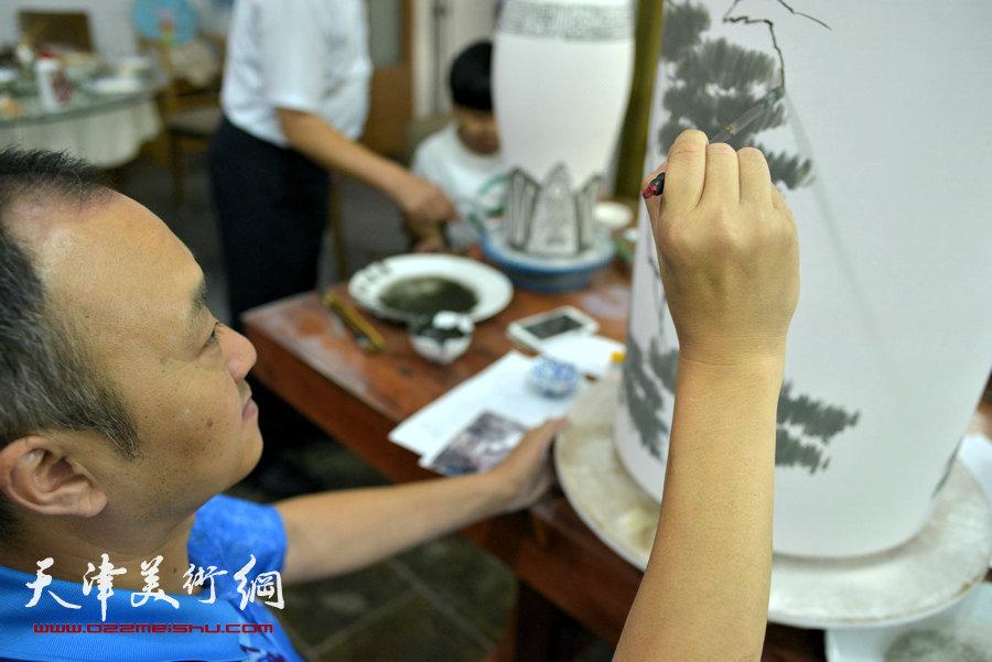 津门知名画家走进天津美术网瓷艺基地进行青花创作