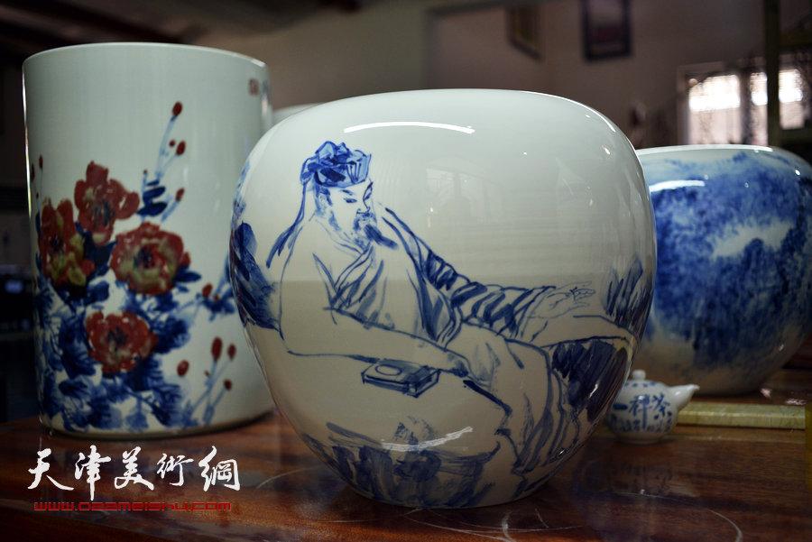 津门知名画家走进天津美术网瓷艺基地进行青花创作,图为作品展示。