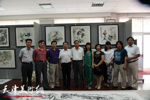 刘继卣弟子孙富泉画展在紫竹林画苑举办。图为宾朋合影。