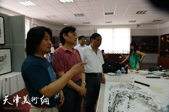 刘继卣弟子孙富泉画展在紫竹林画苑举办。图为郭凤祥、赵俊山、孙富泉在画展现场。