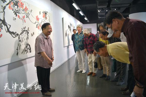 张蒲生执教54周年、从艺62周年美术作品展在天津美术学院美术展览馆盛大开幕,图为