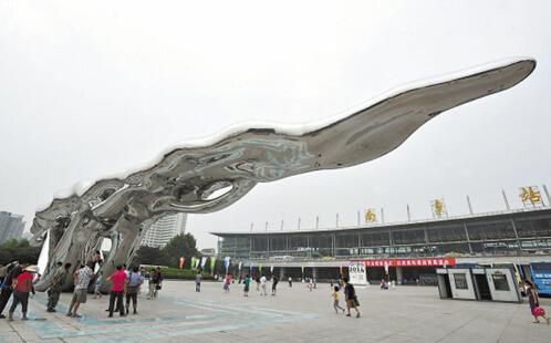 南京火车站广场竖巨型雕塑