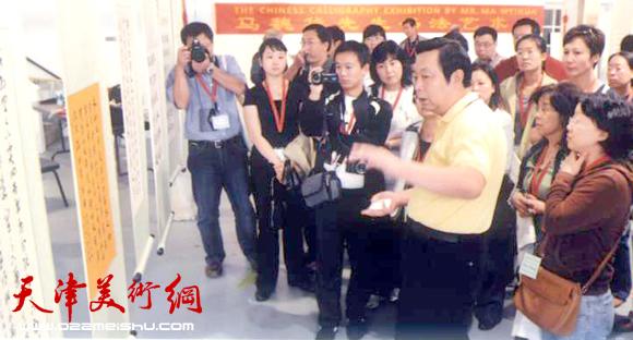 """为参加""""研讨会""""的40名全美孔子学院的院长结合临摹的书法作品讲解汉字发展史"""