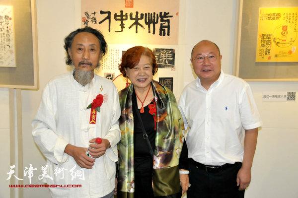 """图为刘栋与嘉宾在日前举办的""""茶档心画—刘栋茶纸书法展""""上。"""